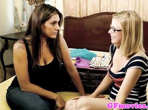 Девушка в очках полизала вагину подруге
