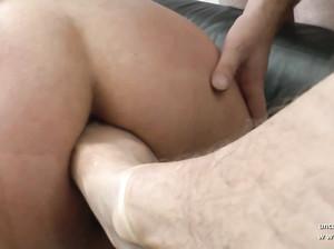 Жирную женщину в возрасте лапают и суют ей в дырки ноги и руки