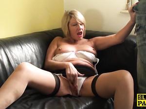 Пожилая барышня мастурбирует на диване
