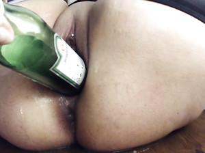 Пизда девки крупным планом с бутылкой внутри