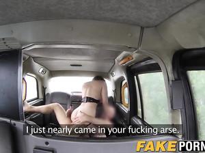 Пухлая телка в колготках сосет у водилы фейк такси