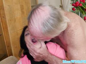 Пожилой седой мужчина ебет на глазах старого друга молодую шаболду