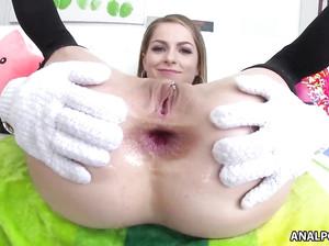 Аманда раздвинула жопу руками в перчатках и дает в анал