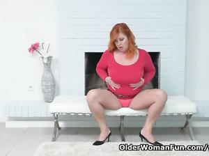 Жирная рыжая дамочка онанирует