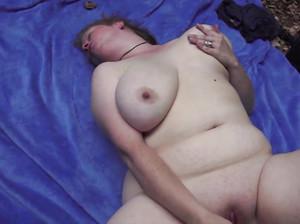 Толстая тетка трахает сама себя самотыками на улице
