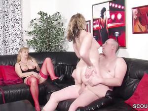 Немецкая сука смотрит как муж ебет ее подругу и дрочит себе