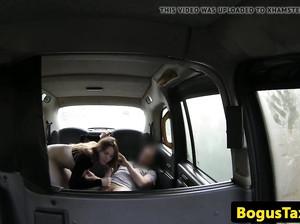 Красотка ебется с водилой в фейк такси