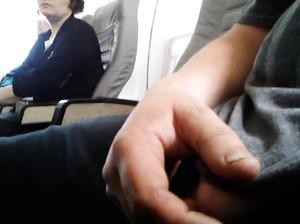 Женщина смотрит как чувак дрочит себе в самолете