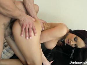 Умелая девушка с красивой грудью скачет на пенисе