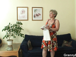 60-летняя старушка сосет у молодого парня