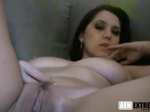 Оксана показывает крупным планом свою вагину