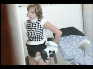 Гинеколог прикрепил скрытую камеру и обследует женщину