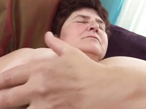 Бабке с толстой пиздой лижет клитор молодуха