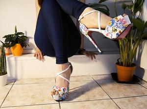 Самка показывает красивые ступни ног в колготках