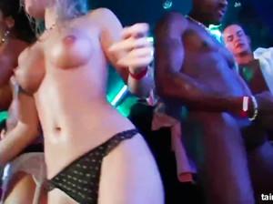Секс оргия на вечеринке студентов в ночном клубе
