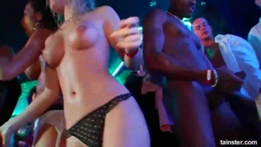 Смотреть порно оргию в ночном клубе телочки