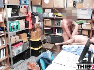 Охранник супермаркета наказал трахом молодую воровку