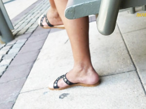 Фетишист снимает тайком на мобилу ноги телки