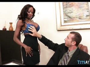 Шикарная негритянка сделала большими сиськами дрочку шефу