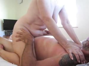 Пожилая бюисексуальная пара занимается сексом втроем