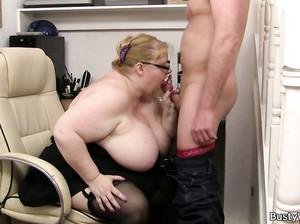 Жирная бабка с огромной грудью заставила мужика выебать ее