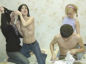 Русские студенты привели телочек в комнату чтобы потрахать