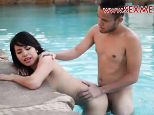 Экстремальный чувак трахает свою сочную подругу в бассейне