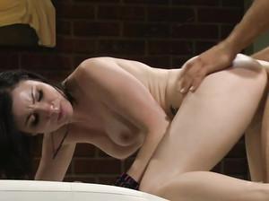 Брюнетка в позе наездницы получает оргазм
