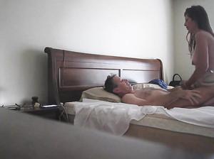 Пара установила камеру и снимает свой семейный секс