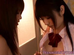 Две 18-летние японские студентки занялись лесбийским сексом