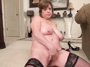 Зрелая женщина в чулках устроили секс шоу
