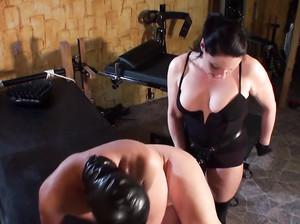 Строгая госпожа в черном страпонит задницу мужика