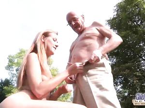 Старый дедушка вставил болт в мокрую вагину телки
