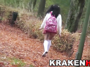Девка в короткой юбке прыгает по улочкам парка