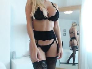 Яна в эротическом белье показывает дрочерам чата большую грудь