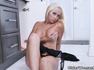 Пожилая сексуальная американка дрочит сидя на полу