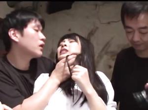 Парни грубо жахают молоденькую японку
