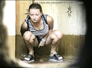 Камера в общественном туалете снимает как девки справляют нужду по маленькому