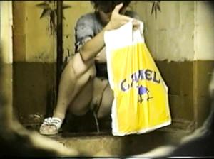 Камера в общественном туалете снимает как девки писяют