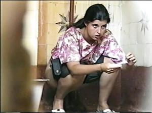 Ссущих русских баба снимают тайком в общественном туалете