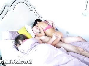 Лысый трахает подругу жены, пока его благоверная рядом спит