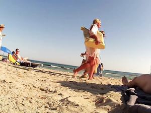 Чувак снимает скрытой камерой людей на пляже