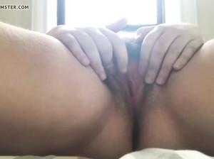 Полная женщина мастурбирует манду
