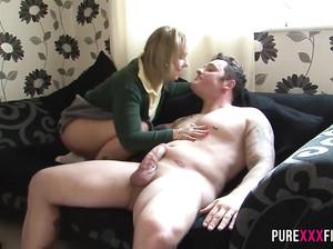 Мужик трахает свою жену и снимает домашнее порно