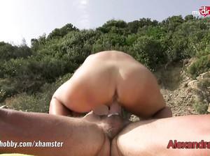 Тюнингованная брюнетка делает минет на пикнике