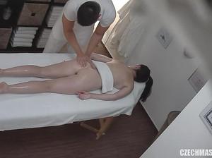 Камера в кабинете сняла крутой секс массаж