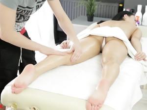 Секс массаж заводит черноволосую девку
