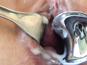 Показывает крупным планом вагину и заливает в нее сливки