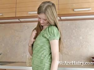 Жаркая Варвара подрочила свою поросшую волосней пизду