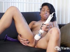 Мулатка Джессика довела себя до оргазма дрочкой